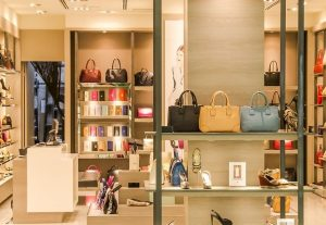 מדפים לחנויות אופנה וחנויות תיקים